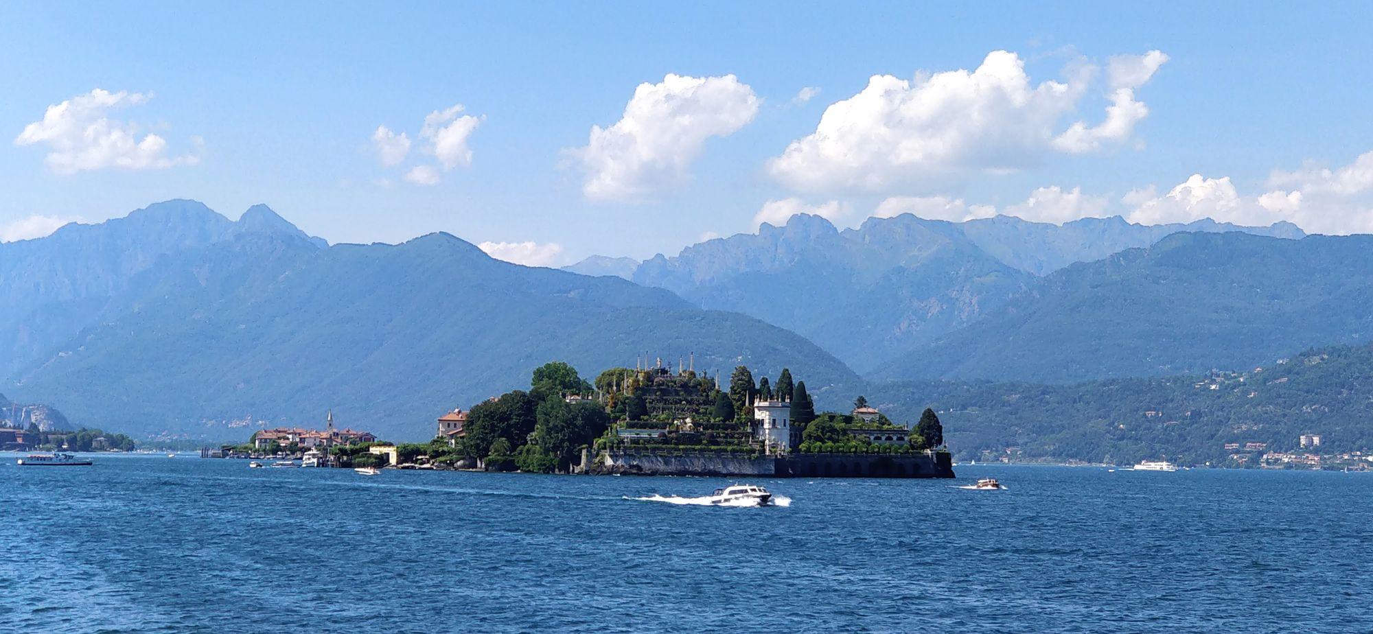 Cosa c'è al centro del lago Maggiore?